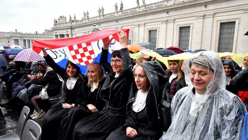 Kolaši kod pape: Mokri do kože izveli 'Bogu hvala' iz Mise dalmatine, Frane nas posebno pozdravio